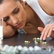 женщина выбирает антидепрессанты