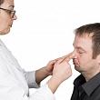 врач устанавливает носовые кости  в правильное положение при переломе костей носа