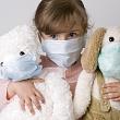 девочка в марлевой повязке во время заразного периода инфекции