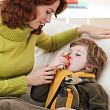 мама помогает ребенку вдыхать противоастматическое средство при помощи ингалятора