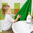 мальчик вытирает руки о полотенце с вирусом