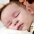 Почему ребенок срыгивает после кормления?