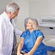 врач консультирует пожилую женщину по поводу остеопороза