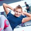 Женщина выполняет физические упражнения