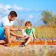 мужчина накладывает кругловую бинтовую повязку на колено ребенка