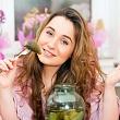 женщина ест соленые огурцы, чтобы облегчить симптомы похмелья