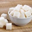 блюдце с сахаром для добавления в продукты
