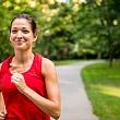 женщина на пробежке выполняет аэробные упражнения высокой интенсивности